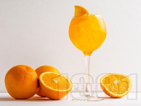 Коктейл с водка, ликьор и сок от мандарина или портокал - снимка на рецептата